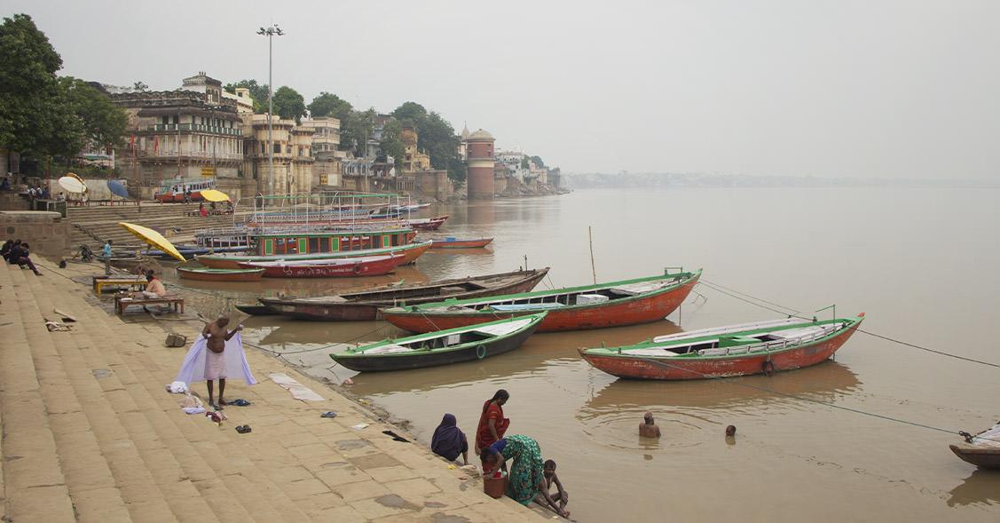 Blick auf den Ganges in Varanasi mit Booten