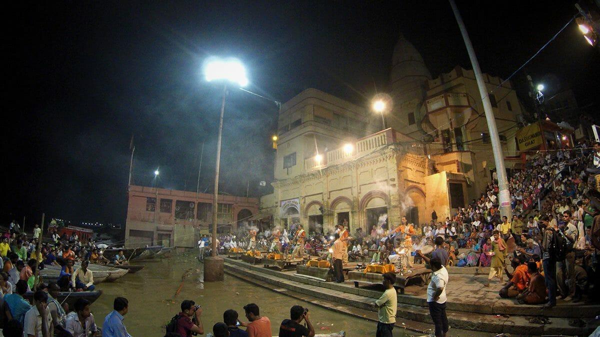 Jeden Abend wird in Varanasi zum Sonnenuntergang eine Zeremonie abgehalten, bei der dem Fluss Ganges gehuldigt wird. Dazu strömen hunderte Pilger, Einheimische und Touristen zum Dasaswamedh-Ghat.