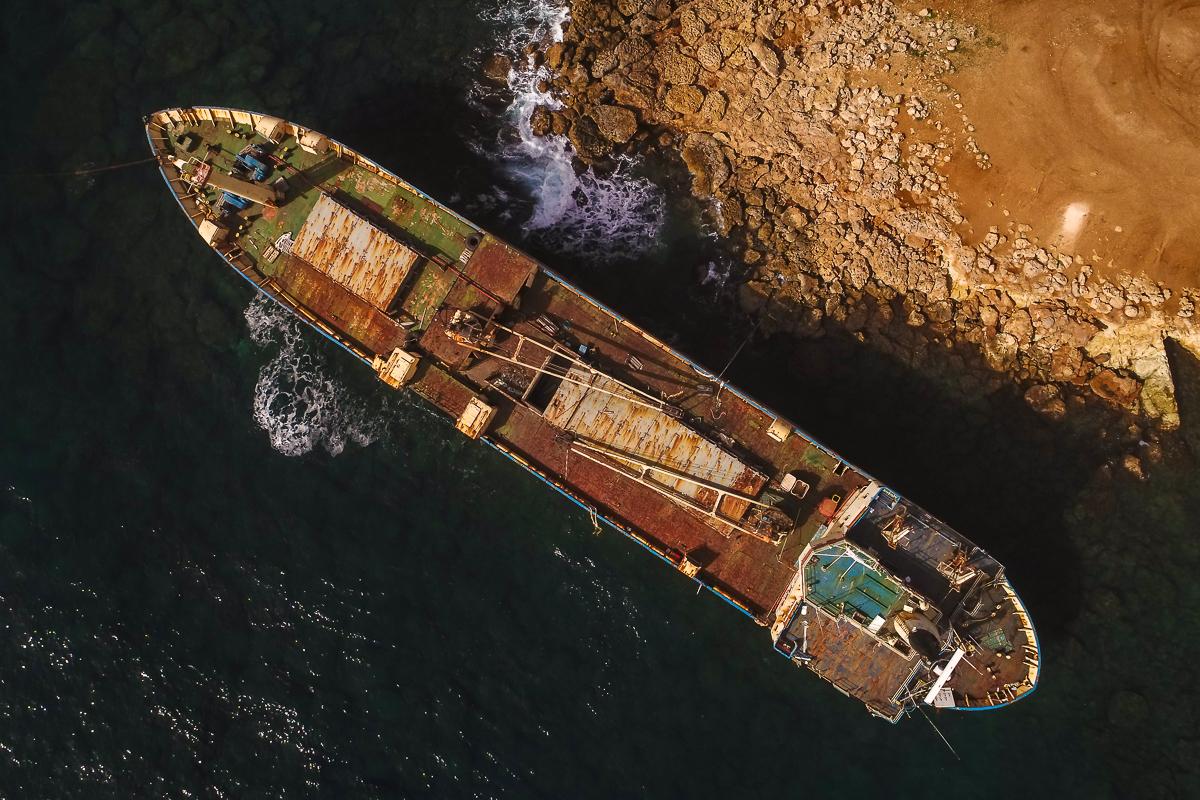 Drohnenfoto des Schiffswracks Edro III an der Küste Zyperns