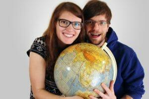 Bina Francis mit Globus