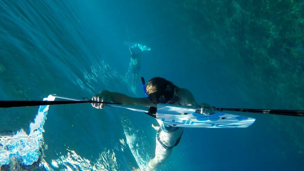 Bina unter Wasser beim Subwing auf den Gili Islands in Indonesien