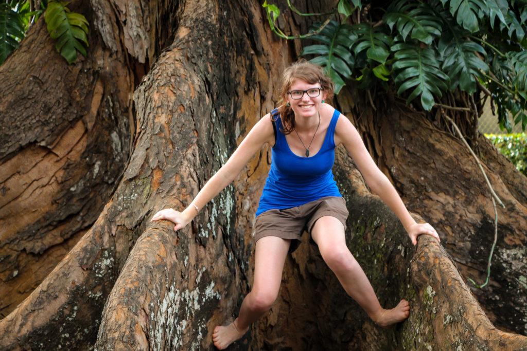 Bina zwischen riesigen Wurzeln im Botanischen Garten