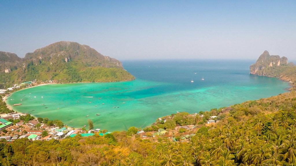 Blick zur Loh Dalum Bay vom Koh Phi Phi Aussichtspunkt