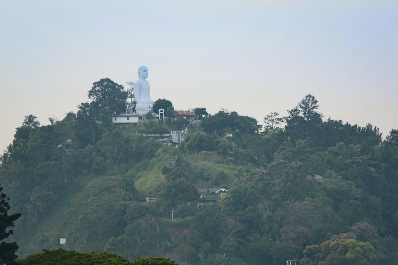 Die große Buddha-Statue Bahirawakanda Vihara auf einem Berg über Kandy