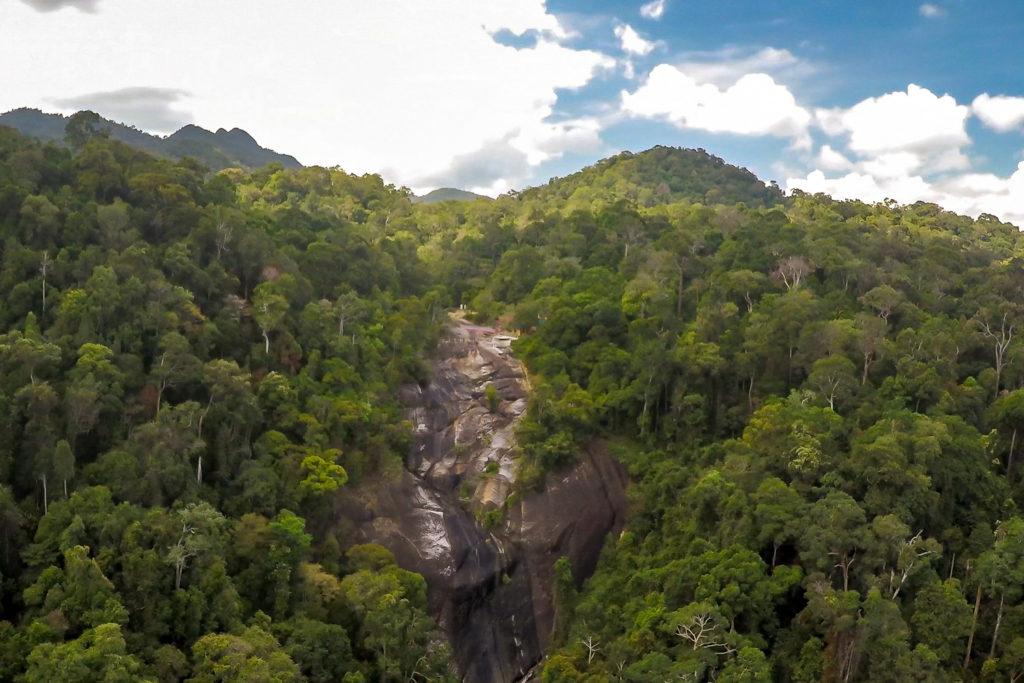 Drohnenaufnahme vom Seven Wells Wasserfall (Air Terjun Telaga Tujuh)