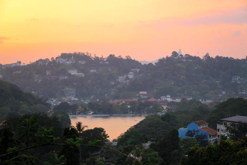 Traumhafter Sonnenuntergang von der Terrasse der Unterkunft Drop Inn in Kandy