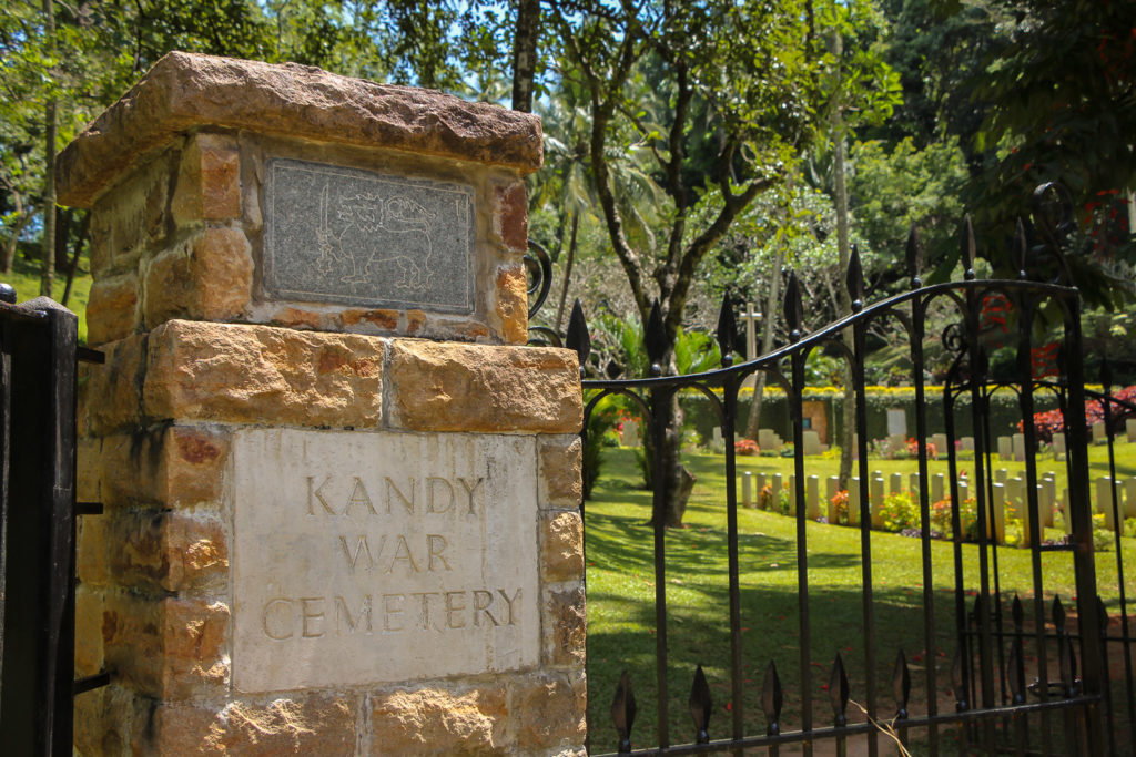 Eingang zum Soldatenfriedhof bei Kandy