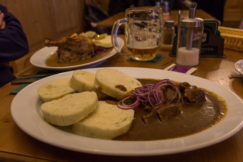 Auch typisch für Prag: Ente oder Gulasch mit Knödel