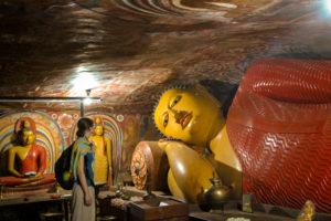 Im Sri Lanka Urlaub lassen sich Felsentempel erkunden
