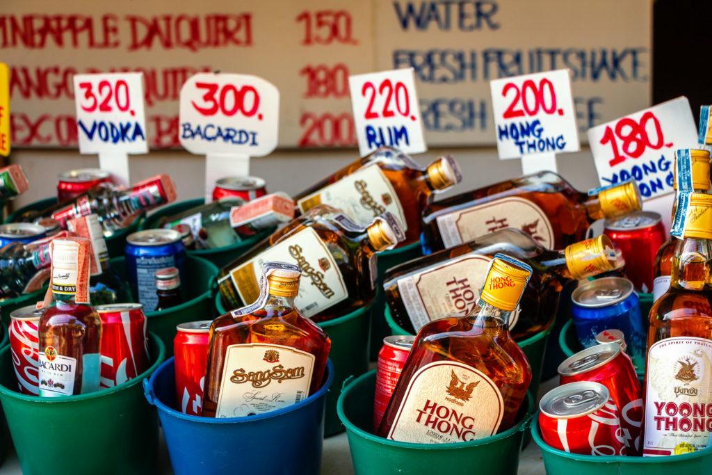 Am Wegesrand werden alkoholische Getränke in Bechern verkauft