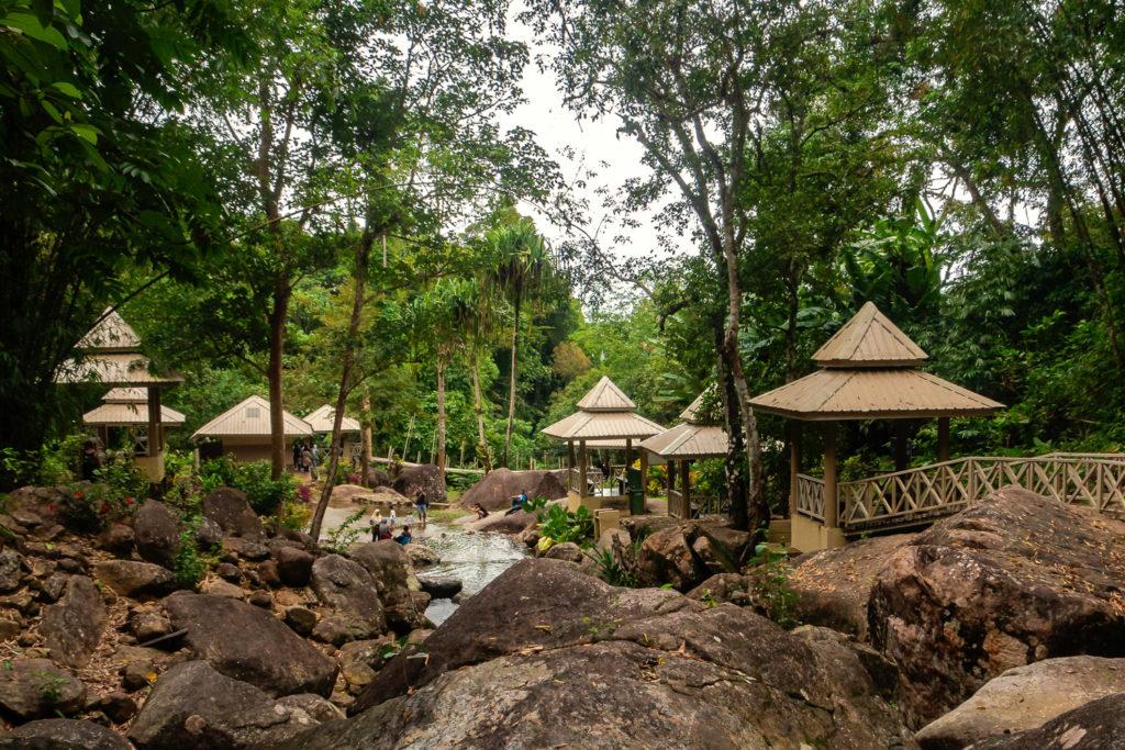 Chillige Hütten am Durian Perangin Wasserfall auf Langkawi