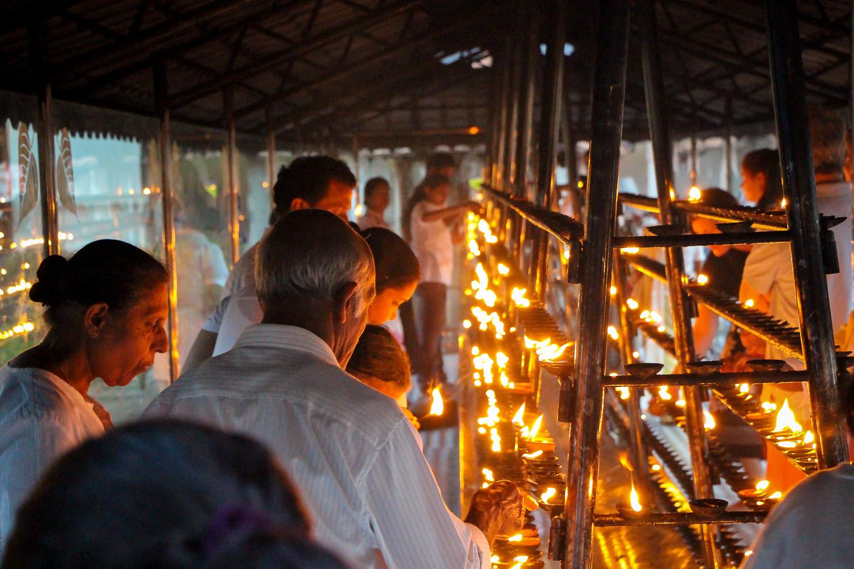 Buddhisten gehen am Zahntempel ihren Zeremonien nach