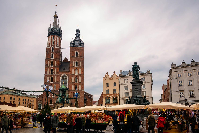 Die Marienkirche Krakaus mit ihren ungleichen Türmen am Marktplatz Rynek Glówny