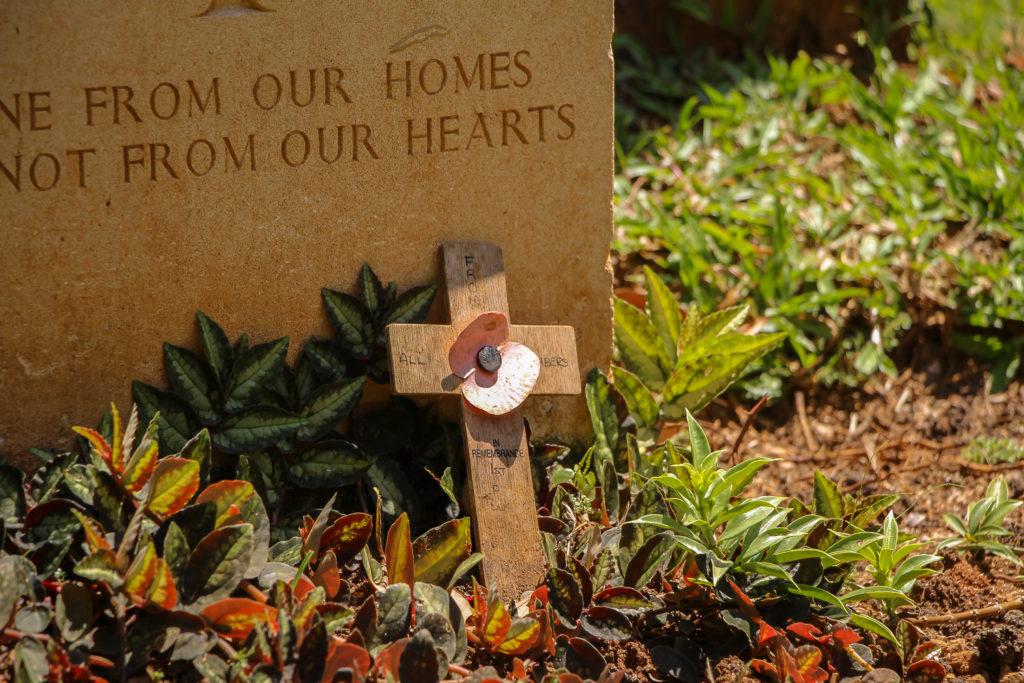 Kreuz am Grabstein beim Soldatenfriedhof Kandy