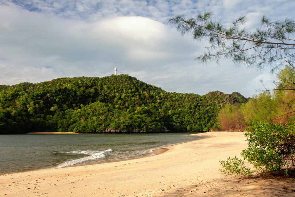 Ein schöner, einsamer Strand auf Langkawi: der Tanjung Rhu Beach