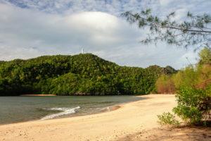 Schöner, einsamer Strand auf Langkawi: der Tanjung Rhu Beach