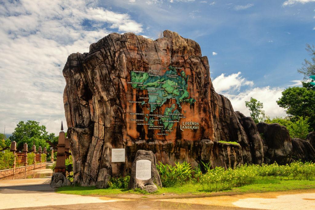 Felsen mit Karte von Pulau Langkawi im Legenda Park