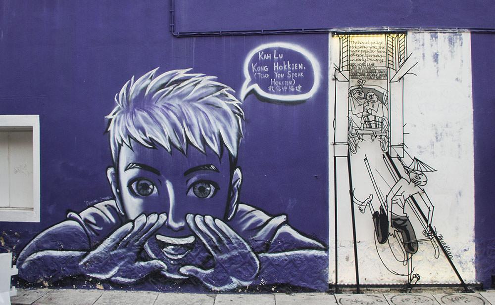 Junge auf lila Wand in der Armenien Street von Georgetown