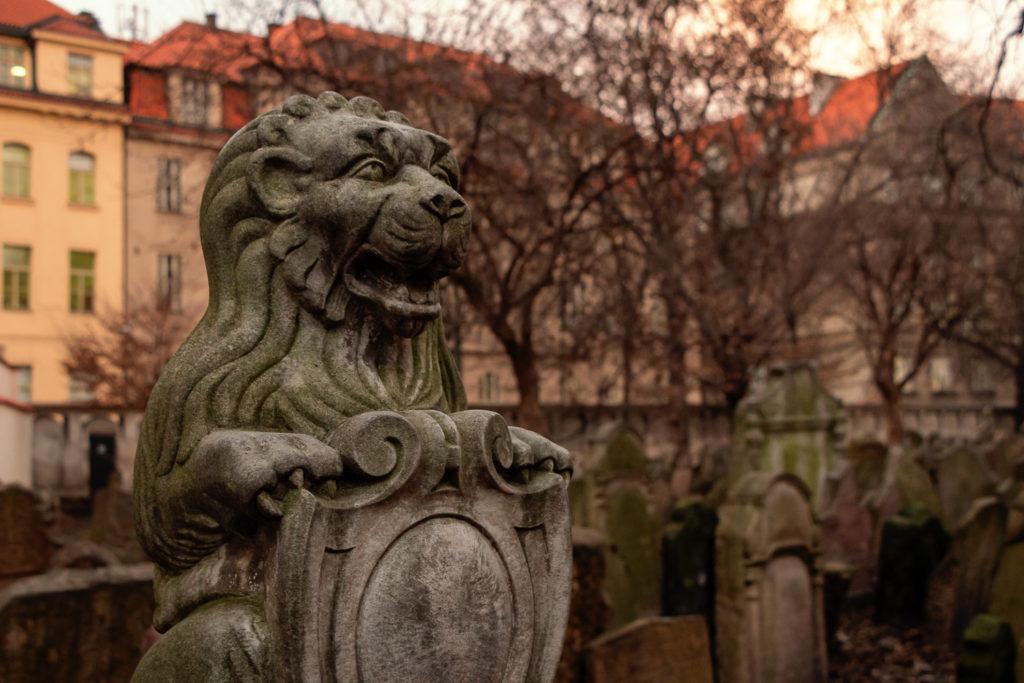 Löwen-Statue auf dem alten jüdischen Friedhof in Prag