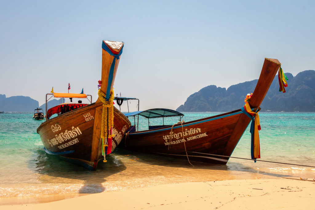 Longtailboote am Long Beach auf Koh Phi Phi in Thailand