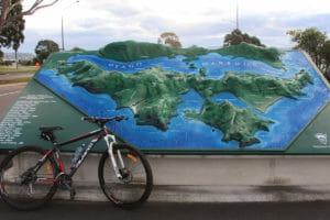 Mein Fahrrad vor dem Modell der Otago Peninsula