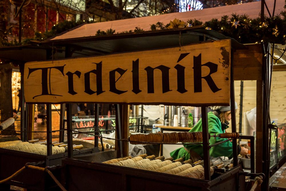 Den typischen Baumstriezel Trdelnik gibt es in Prag an jeder Ecke