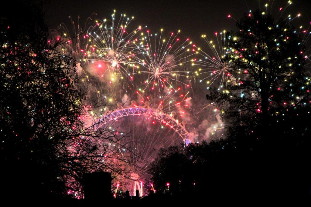 Blick zum Silvesterfeuerwerk am London Eye vom Buckingham Palace aus