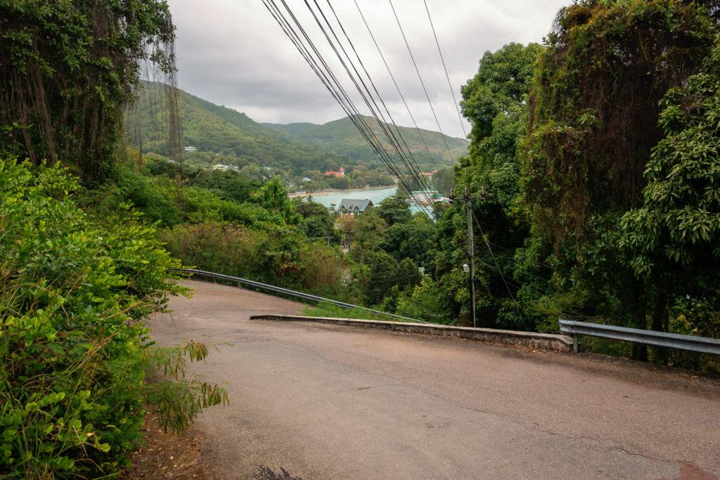 Steile, enge und kurvige Straßen auf Praslin