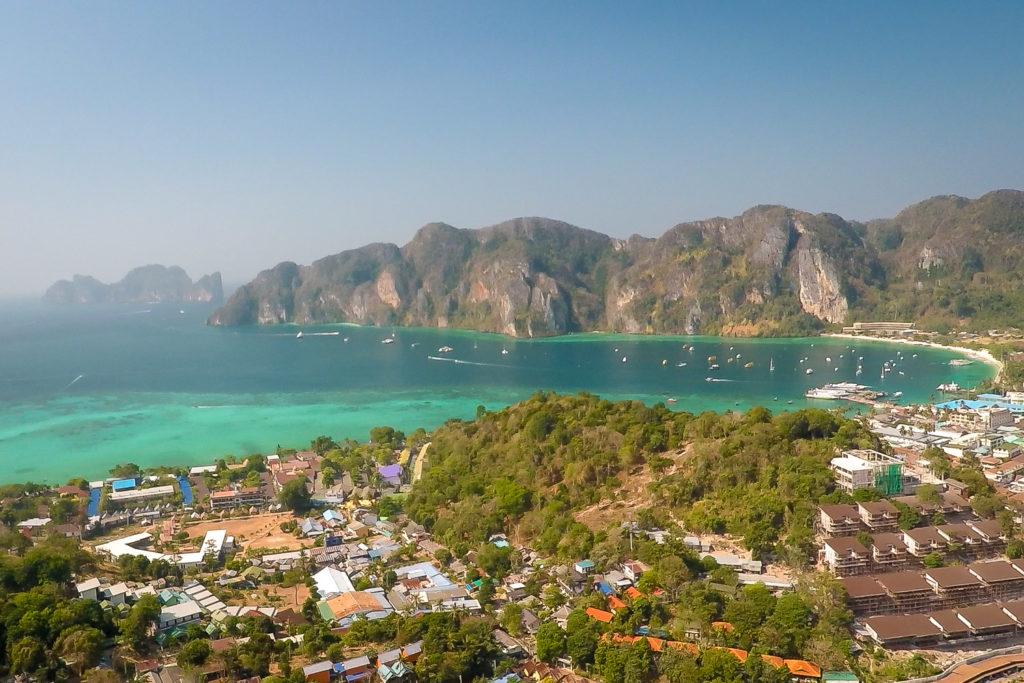 Blick zur Ton Sai Bay vom Aussichtspunkt auf Koh Phi Phi
