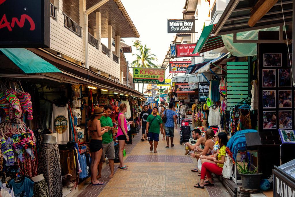 Typische Gassen auf Koh Phi Phi voller Touristen und Souvenir-Shops