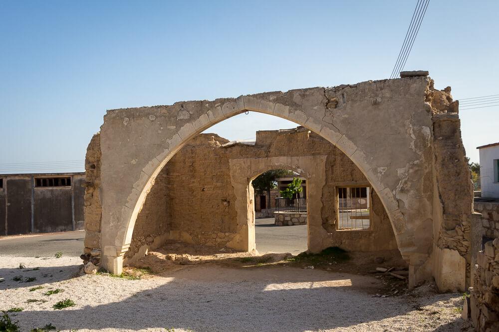 Eine zerstörte Moschee im türkisch-zypriotischen Dorf Androlikou
