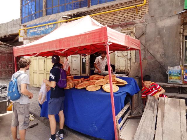 Typischer uigurischer Brot-Stand. Man beachte auch den Jungen.