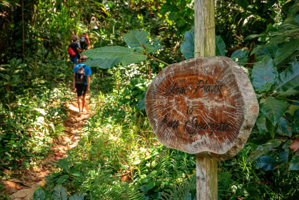 Wanderweg von der Anse Lazio über den Mont Plaisir zur Anse Georgette